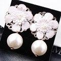 Venta caliente de La Manera Atractiva Elegante Flores encantadores brillantes de alta calidad de la perla simulada pendientes de Las Mujeres Mejor amigo regalo
