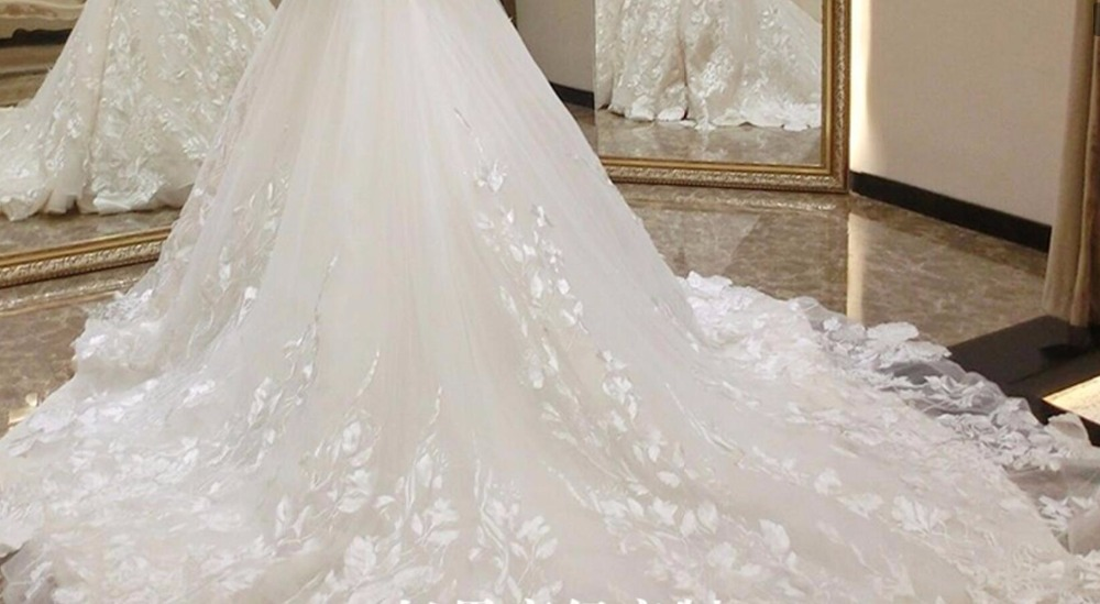 Luxury Sexy Sweetheart Off The Shoulder Lace Ball Gown Wedding Dresses 2019 Applique Beaded Flowers Chapel Train Bride Gown in Wedding Dresses from Weddings Events