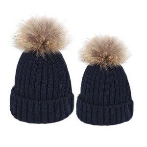 Image 2 - Famille correspondant vêtements hiver correspondant tenues mère fille tricoté maman et moi chapeau avec boule de fourrure sur le dessus