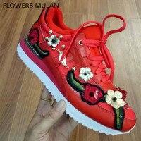 Известный бренд повседневная женская обувь Черный, красный, белый цвета кожи с вышивать цветы с шипами на плоской подошве со шнуровкой крос