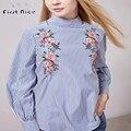 Blusas de las mujeres 2016 Nueva Moda Otoño Primavera Azul de Rayas Estilo Europeo Flor Del Bordado Camisa de Cuello Alto Volver Botones Tops