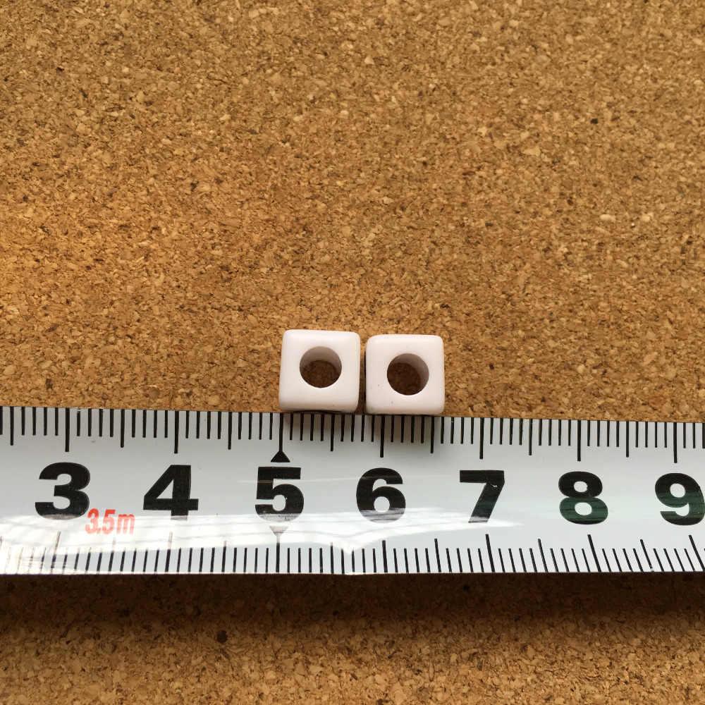 Miễn Phí Vận Chuyển 200 Chiếc 1100 Chiếc Đĩa Đơn Chữ L In Acrylic Bảng Chữ Cái Hạt Khối Lập Phương Nhựa Trắng Với Chữ Màu Đen Trang Sức hạt