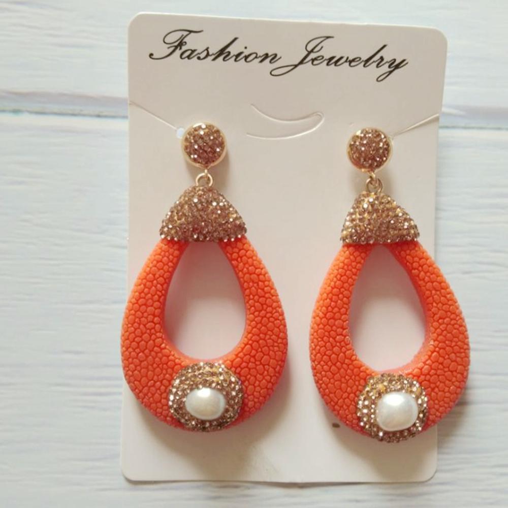 3c74267d66a8 Elegantes pendientes colgantes de cuero hueco con diamantes de imitación de  oro para mujer ...