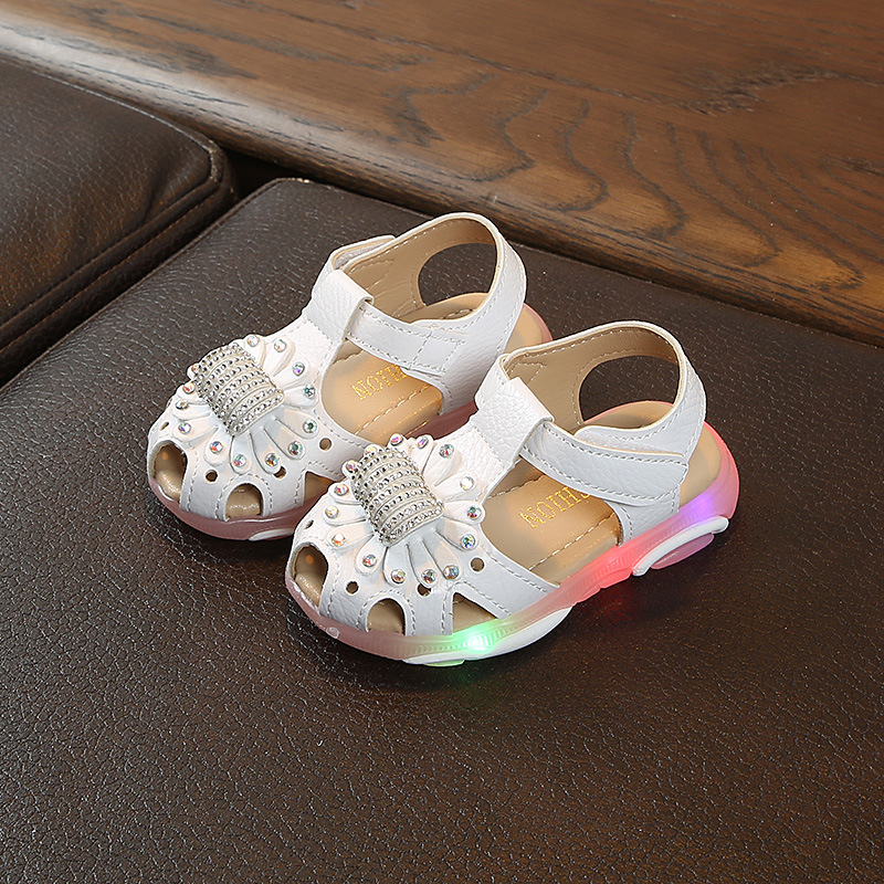 2019 New 1 to 5 year old fashion beach shoes LED lights baby girls sandals glowing newborn first walk sports shoes non-slip soft