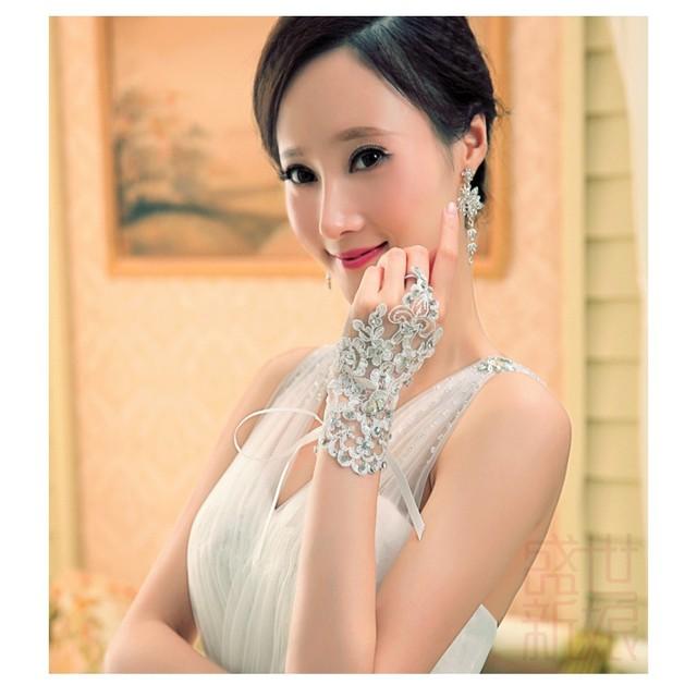 Bonito Shoort Lace com frisada e lantejoulas luvas do casamento elegante branco sem dedos luvas de noiva