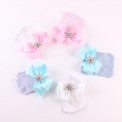 Шапки для новорожденных хлопковые унисекс, мягкая эластичная вязаная шапка с бантом и кристаллами, лента с бантом для младенцев 0-3 месяцев, ...