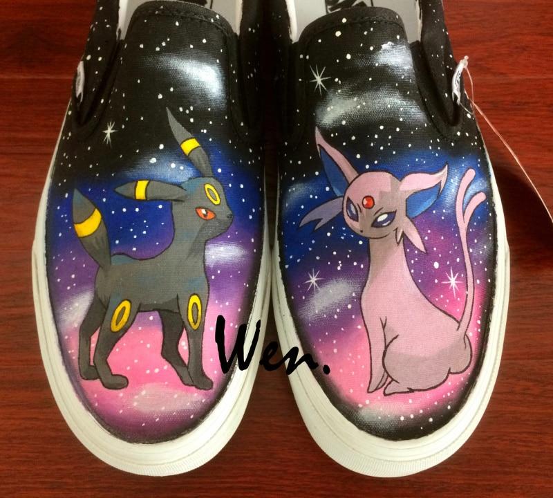 Prix pour Wen Peint À La Main Chaussures Anime Design Personnalisé Pokemon Umbreon Espeon Hommes Glissement Sur des Chaussures de Toile de Femmes pour Noël D'anniversaire cadeaux