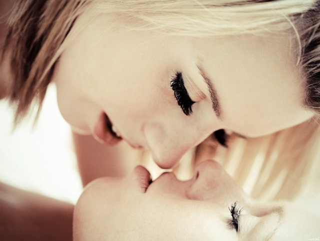 blonde-lesbians-french-kissing