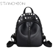 Женщины Рюкзак Девушка кожи с заклепками черные рюкзаки для подростков Женщины Дорожная сумка небольшой рюкзак