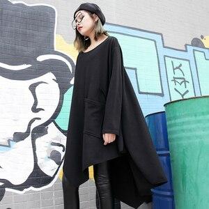 Image 3 - [EAM] 2020 جديد أسود فضفاض غير النظامية فستان س الرقبة كامل كم من جانب واحد ثنائي الجيوب الربيع الشتاء النساء المد الموضة JH484