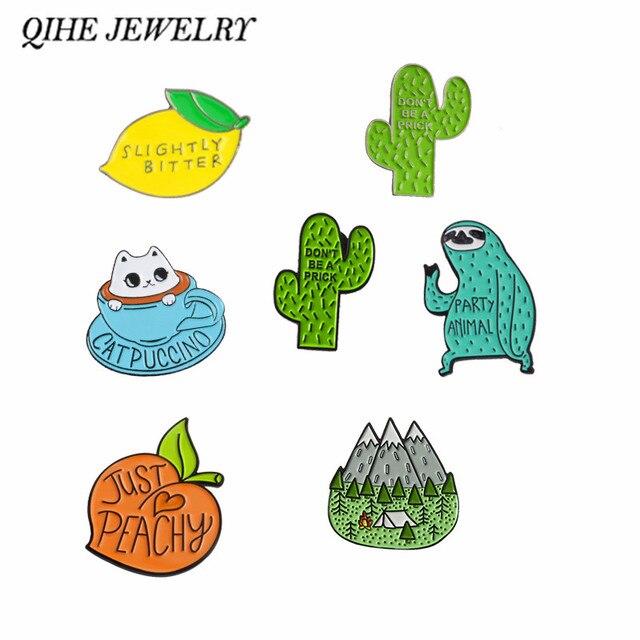 QIHE QH-GIOIELLI spille Carino collezione ~ Frutta Animale Sloth Caffè Gatto Limone Pesca Cactus di Campeggio Kawaii Spille pin del Risvolto
