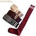 Moda japonesa marca primavera mujeres del color del caramelo calcetines hasta la rodilla de algodón calcetines calcetín calcetín raya negro para mujer de lana caliente