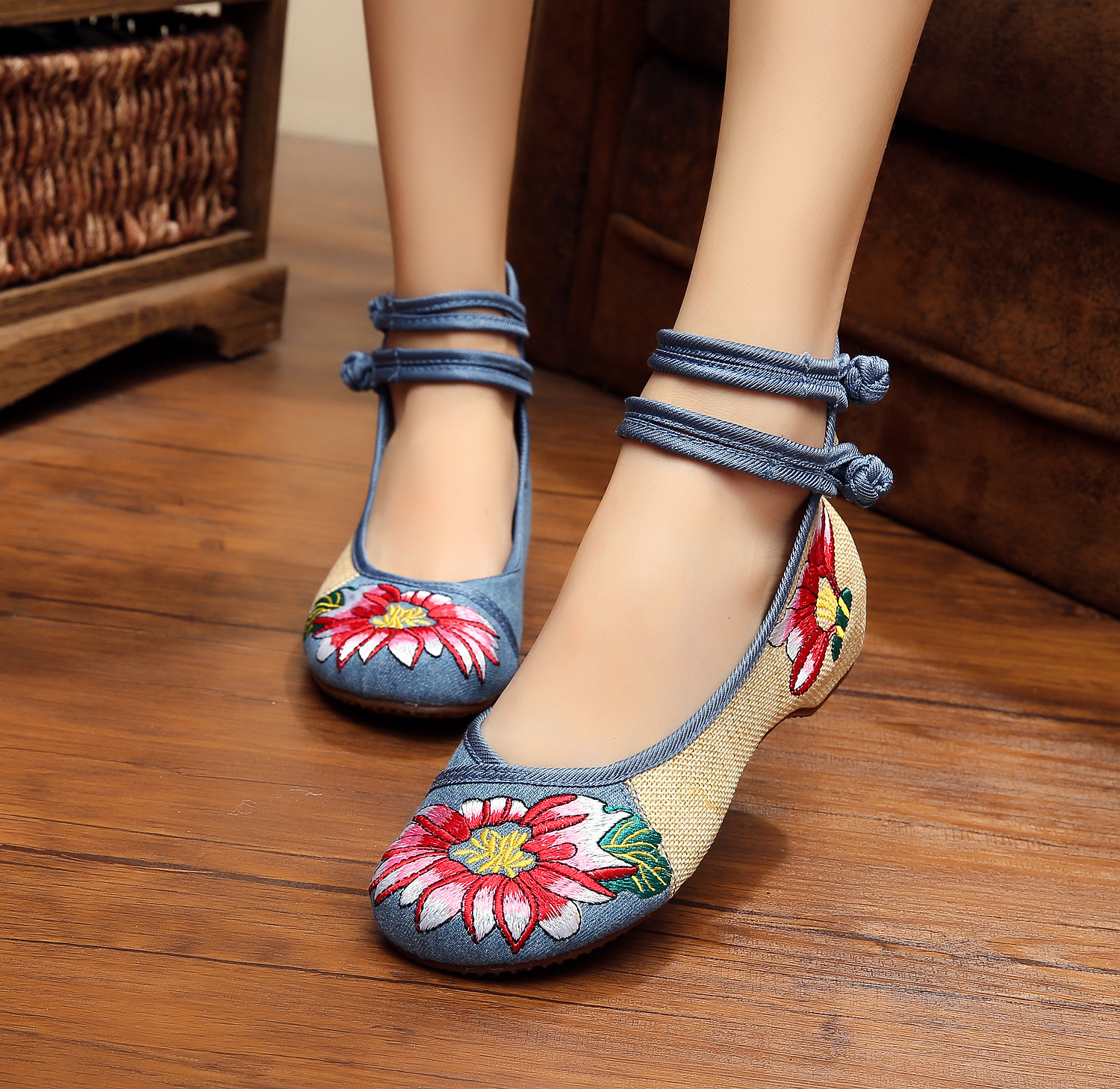 Veowalk Big Size 41 Ballerinas Dancing Shoes Women Peacock Embroidery Soft Sole Casual Shoes Beijing Cloth Walking Flats weowalk 5 colors chinese dragon embroidery women s old beijing shoes ladies casual cotton driving ballets flats big size 34 41