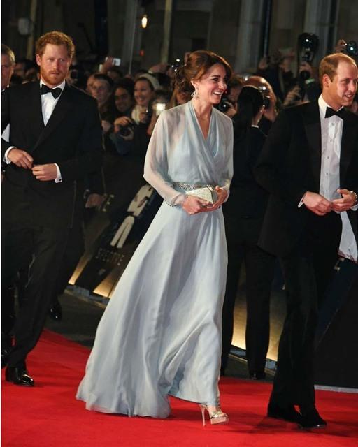2016 elegante una línea de gasa Celebrity Dresses Kate Middleton con cuello en V manga larga vestido de noche con rebordear Sashes
