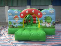 Bella mini gonfiabile castello di salto per i bambini che giocano