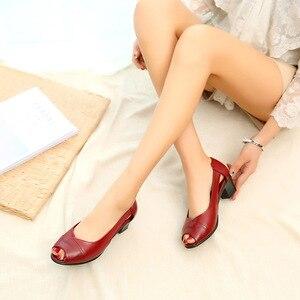 Image 5 - ฤดูร้อนของแท้หนังสบายสุภาพสตรีกลางส้นรองเท้าสตรีHollow Peep Toeส้นรองเท้าแตะผู้หญิงสีดำM843