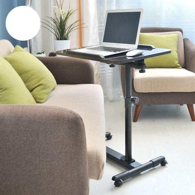 A mesa do computador em casa mesa do computador e notebook