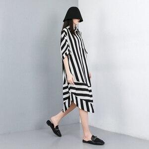 Image 2 - [EAM] 2020 새로운 봄 여름 옷깃 하프 슬리브 블랙 스트라이프 인쇄 분할 공동 큰 크기 셔츠 여성 블라우스 패션 조수 JW574