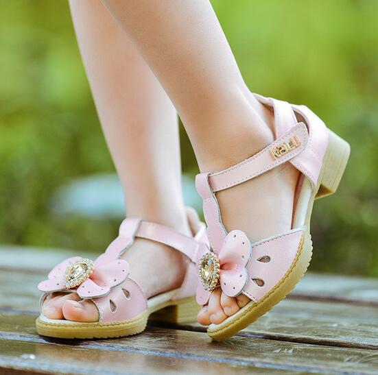 b97d55475 Sandálias meninas 2016 modelos de verão meninas princesa Genuínos sandálias  de Couro diamante gem arco meninas criança sandálias confortáveis em  Sandálias ...