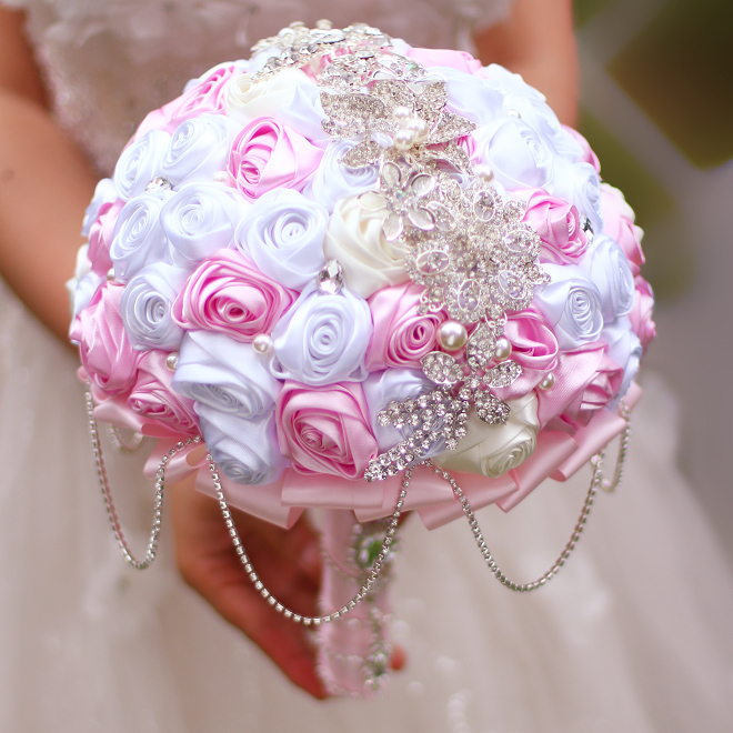 Bride 's Holding Flowers, New Arrival Romantic Wedding White Pink Rose Bouquet,tassel Rhinestone Chain Bridal Brooch Bouquets