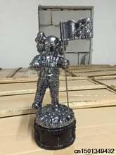 Kaws МВ МТВ реплики трофей статуэтку Moonman Проп высокое качество ПОСЕРЕБРЕННАЯ 1,1 кг 28 см черный