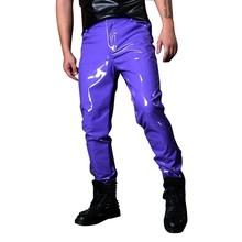 Wykonane kostiumy sceniczne męskie fioletowe skórzane spodnie męskie pokaz mody piosenkarka tancerz hip-hopowy styl Slim Fit spodnie niestandardowe tanie tanio Mr nut Ołówek spodnie Mieszkanie Poliester Faux leather PATTERN skinny 27 - 41 L1563 Anglia styl Midweight Suknem Pełnej długości