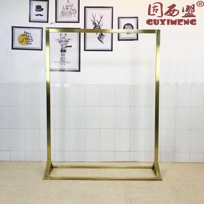 Cadre d'affichage en acier inoxydable doré dans le cintre latéral d'atterrissage du magasin de vêtements haut de gamme magasin de vêtements pour femmes