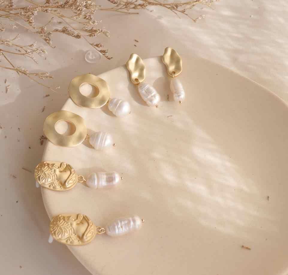 AOMU Baroque Vintage โลหะทองนูนภาพประติมากรรมธรรมชาติไม่สม่ำเสมอไข่มุกน้ำจืดต่างหูผู้หญิง