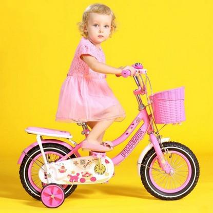 Cuatro niños rueda de bicicleta caminante ayuda paso