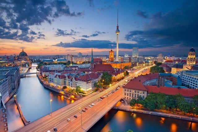 Berlino germania paesaggio urbano di notte panorama fiume torre ...