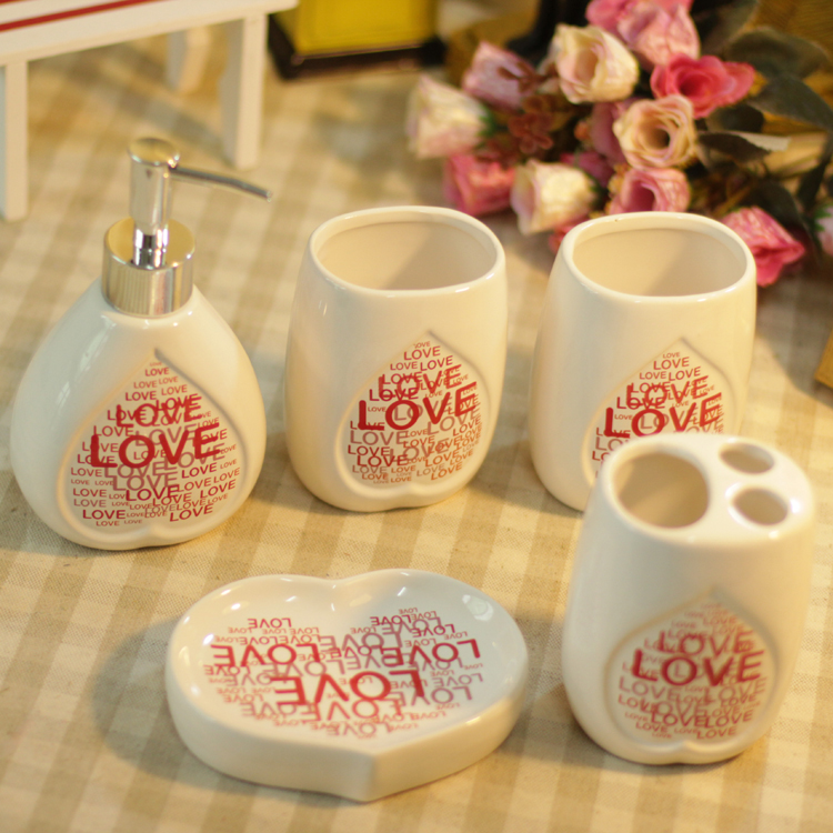 Nouveauté 5 pcs/lot amour impression de haute qualité salle de bain ensemble cadeau boîte emballage en céramique maillot de bain bouteille et toilette ensemble de lavage