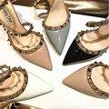 Бесплатная доставка; модные женские туфли-лодочки из черной лакированной кожи с шипами и ремешком на щиколотке с острым носком на высоком к...