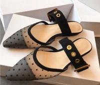 Лидер продаж, черные женские туфли на плоской подошве с острым носком и ремешком с пряжкой, женские лоферы с вырезами и волнистым острым нос