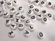 ФОТО 500 assorted black in white acrylic alphabet letter coin beads 4x7mm