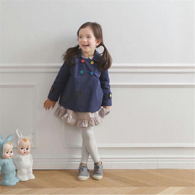 2017 nuevos bebés de la ropa del botón del color muchachas de la manga larga abrigos y chaquetas de estilo corto de doble botonadura niña trinchera 2-7 t