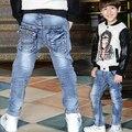 Nova chegada da primavera 2017 meninos jeans crianças bom casuais letras bordados plissada jeans magro denim calças 4-9 anos!