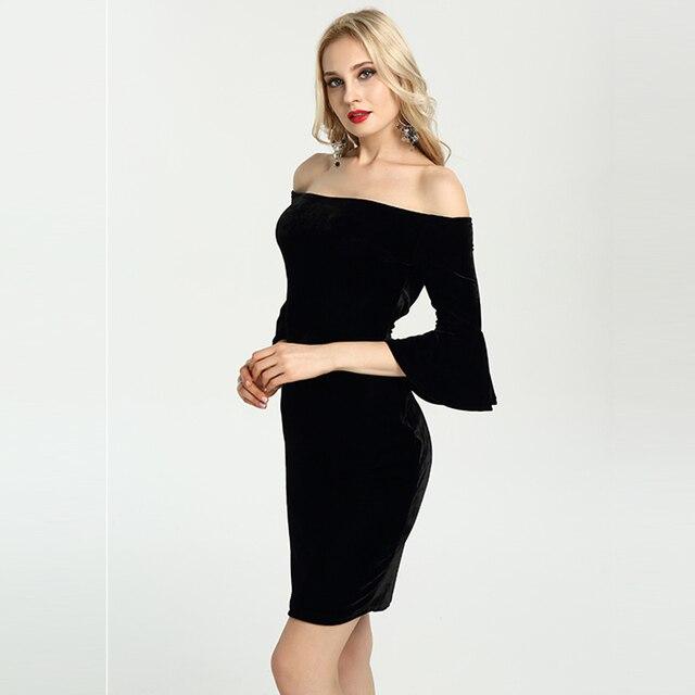 Schwarzes kurzes kleid mit langen armeln