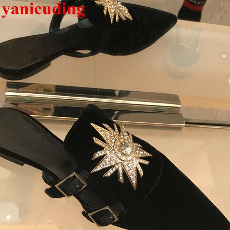 Дизайнерские женские шлепанцы с острым носком и металлическим ремешком и пряжкой; Уличная обувь на низком каблуке с украшением в виде крист