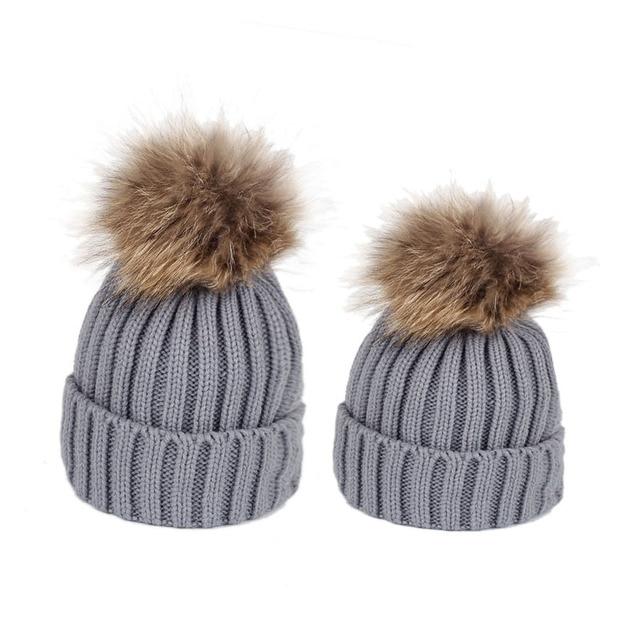 Famille correspondant vêtements hiver correspondant tenues mère fille tricoté maman et moi chapeau avec boule de fourrure sur le dessus