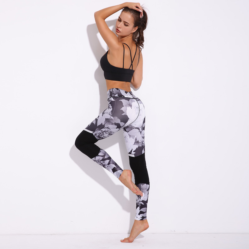 Leggings patchwork, motifs fleuris noir et blanc, mannequin fitness