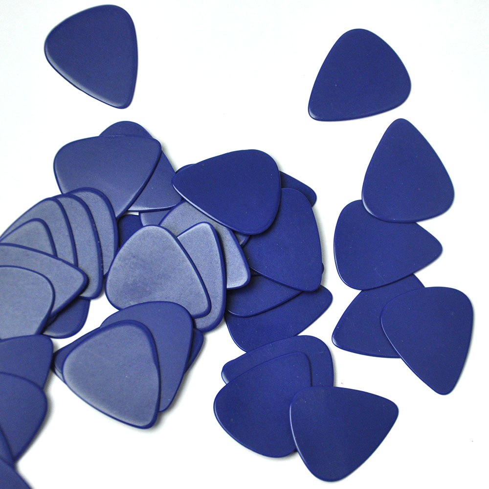 Купить с кэшбэком 100pcs/lot Solid Blue 0.71mm Medium Celluloid Guitar Picks Plectrums for Acoustic Electric Guitar Bass