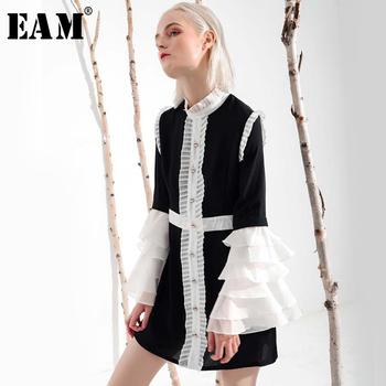 [EAM] 2019 New Spring  Summer Ruffeled Collar Long Flare Sleeve Hit Color Pleated White Loose Dress Women Fashion Tide YC001