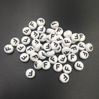 Atacado 3600 PCS Preto Única Letra F Impressão Branco Acrílico Flat Round Coin Alfabeto Jóias Pulseira Spacer Beads 4*7 MM