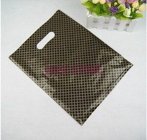 Image 2 - 100 pçs/lote 25x35cm xadrez preto grande, sacos de compras de plástico, grosso charmoso, presente, embalagem de roupas, saco de presente de plástico com alça