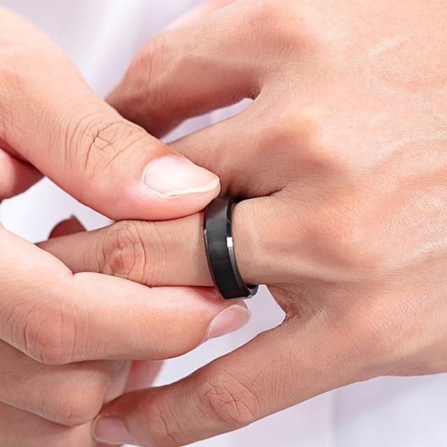 модные кольца на палец из вольфрамовой стали черного золотого фотография
