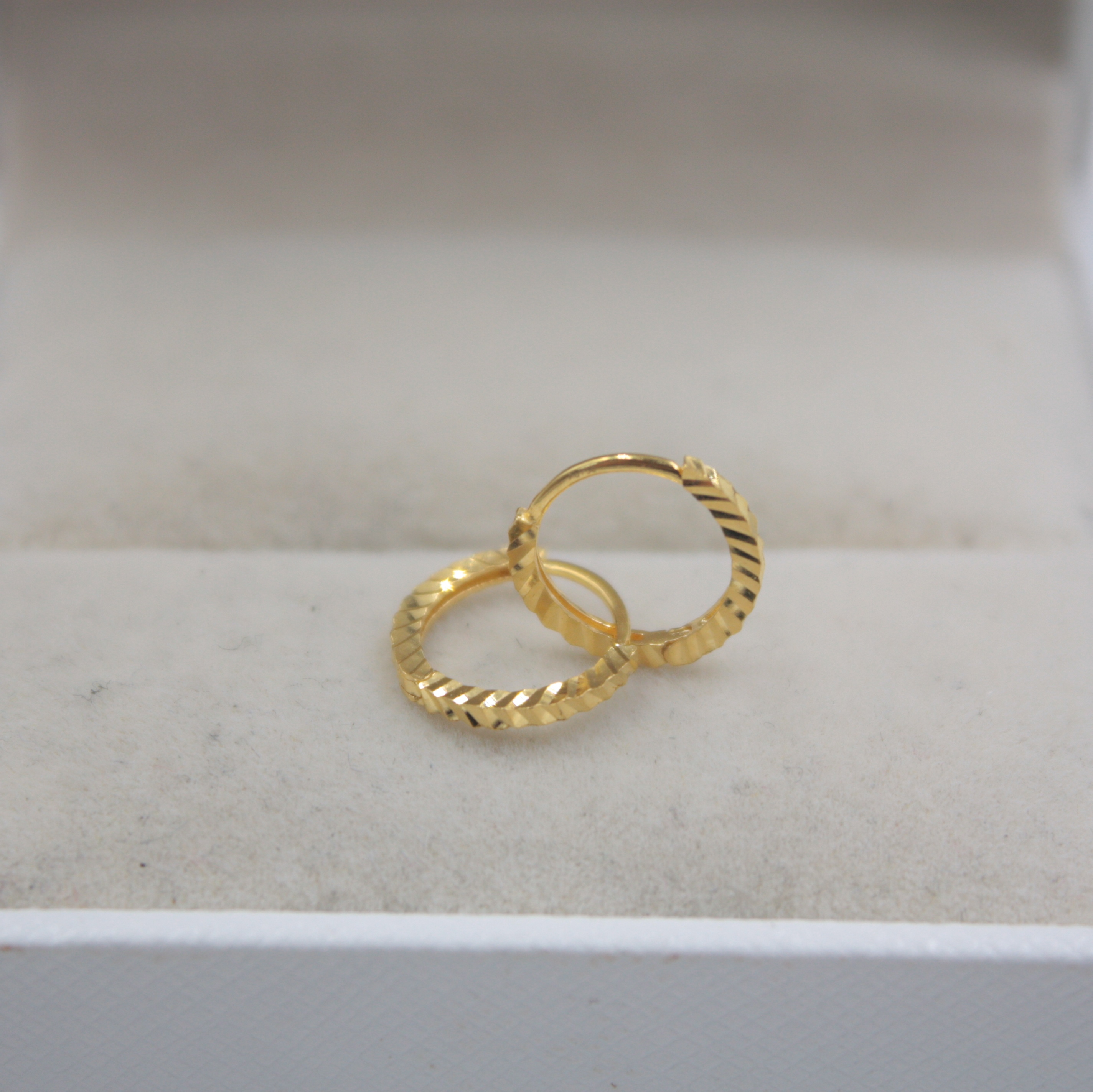 NEW Pure 18K Yellow Gold Earrings Carved Line Woman Lucky Small 10mmDia Hoop Earrings For Women Girl 0.7-0.8g Hot