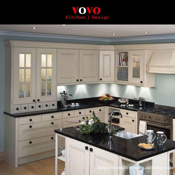 Blanco gabinete de cocina de madera con cuarzo negro contador en ...