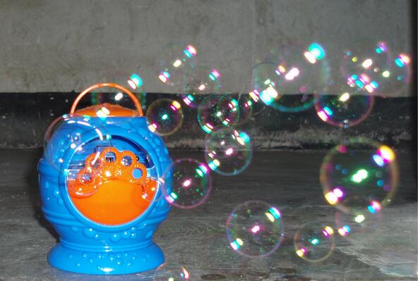 Electronic-automatic-bubble-machine-blue-plastic-bubble-blowing-soap-bubbles-baby-toys-1