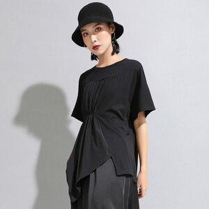 Image 3 - [Eam] 2020春夏新作ラウンドネック半袖黒プリーツスプリットジョイント不規則なビッグサイズのtシャツ女性ファッションJW596