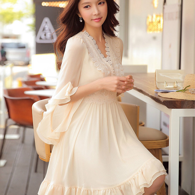 Dabuwawa Spring V neck Ruffles Lace Chiffon Dress 2019 New Vintage Flare Sleeve Swing Midi Dress for Girls Women D18CDR060